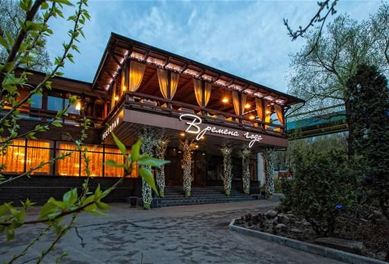 Ресторан Времена года - фотография 23 - Веранда. Внешний вид вечером.